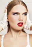 O retrato do modelo bonito com cara surpreendida veste as luvas brancas Imagens de Stock Royalty Free