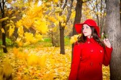 O retrato do outono da mulher bonita sobre o amarelo sae ao andar no parque na queda Emoções e conceito positivos da felicidade fotos de stock