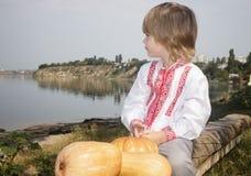 O retrato do outono de um rapaz pequeno em um branco bordou a camisa Imagem de Stock Royalty Free