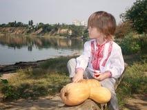 O retrato do outono de um rapaz pequeno em um branco bordou a camisa Fotos de Stock Royalty Free