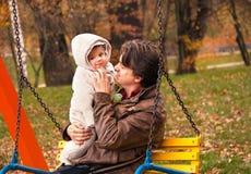 O retrato do pai e o filho no outono estacionam Fotografia de Stock