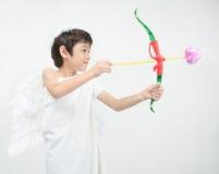 O retrato do rapaz pequeno finge como o cupido com asa Imagem de Stock Royalty Free