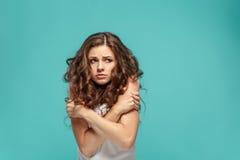 O retrato do ` s da jovem mulher com emoções pensativas Imagens de Stock