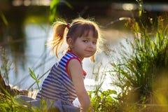 O retrato do ` s da menina em uma camiseta listrada Fotografia de Stock