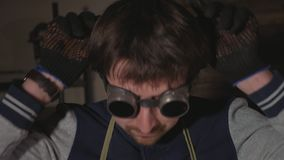O retrato do soldador industrial veste vidros protetores uma câmera de vista video estoque
