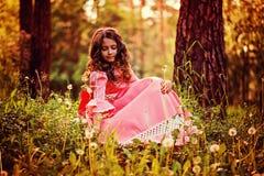 O retrato do verão da menina encaracolado da criança vestiu-se em dentes-de-leão cor-de-rosa da colheita do vestido da princesa d Fotos de Stock