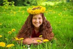 O retrato do verão de uma criança alegre com dentes-de-leão floresce fotografia de stock