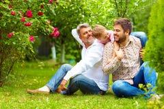 O retrato do vovô feliz, o pai e o filho na mola jardinam imagens de stock royalty free