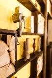 O retrato lateral do carne-interruptor inversor colocado nos feixes de madeira decorados com vasos e lenha no café Fotografia de Stock