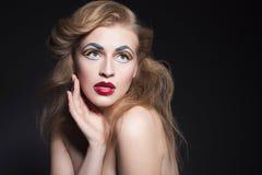 O retrato louro da mulher da beleza com pop art criativo compõe o gosto foto de stock