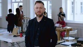 O retrato médio do meio bem sucedido seguro envelheceu o gerente masculino europeu do CEO do executivo que sorri na câmera no esc filme