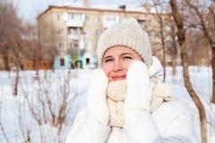 O retrato a menina em um inverno para baixo-acolchoou o revestimento Foto de Stock Royalty Free