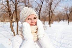 O retrato a menina em um inverno para baixo-acolchoou o revestimento Fotografia de Stock