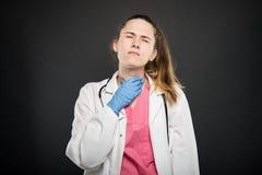O retrato novo do doutor que guarda a garganta gosta de ferir imagem de stock