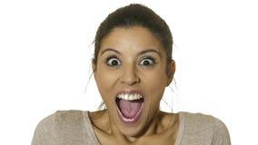 O retrato principal da mulher latino-americano feliz e entusiasmado nova 30s na surpresa e os olhos surpreendidos e boca da expre foto de stock