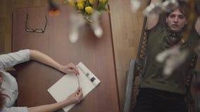 O retrato relaxou o homem novo que encontra-se em um berço no escritório de um psicólogo, dizendo lhe sobre seus problemas, gesti video estoque