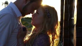 O retrato romântico do close-up dos pares bonitos que tocam maciamente cheira durante o por do sol vídeos de arquivo