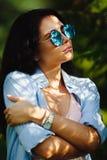 O retrato vertical da mulher bonita veste em volta dos óculos de sol Imagem de Stock Royalty Free
