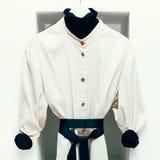 O revestimento de mulheres elegantes no interior branco Imagem de Stock Royalty Free