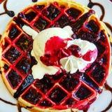 O revestimento delicioso da cereja dos waffles chora o creme Fotografia de Stock
