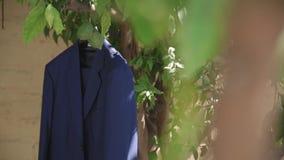 O revestimento do ` s da noiva está pendurando em um jardim em uma árvore vídeos de arquivo