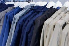 O revestimento do verão na venda do verão no roupa submete fotos de stock