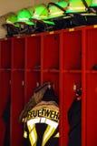 O revestimento e os capacetes do sapador-bombeiro para o uso Imagens de Stock Royalty Free