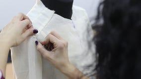 O revestimento na fase inicial da costura é vestido em um manequim video estoque