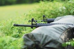 O rifle é ateado fogo. foto de stock