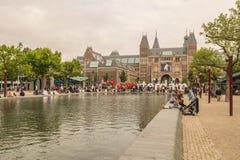 O Rijksmuseum de Amsterdão com muitos turistas Foto de Stock Royalty Free