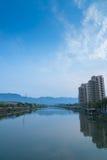 O rio é através da cidade foto de stock royalty free