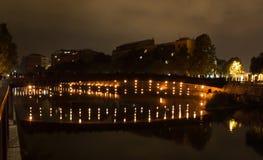 O rio é iluminado pelo partido importante do fogo no máximo do ano fotografia de stock