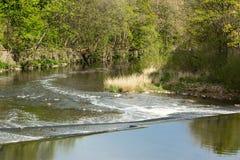 O Rio Aire em Saltaire foto de stock royalty free