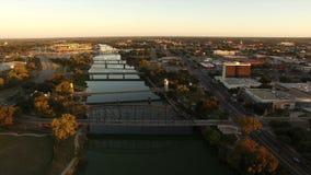 O Rio Brazos constrói uma ponte sobre Waco aéreo Texas Downtown City Skyline filme