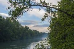 O rio chamou Adda no norte de Itália entre duas madeiras foto de stock