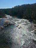 O rio corre através das rochas Imagens de Stock Royalty Free