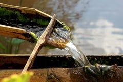 O rio corre através do bambu para sentir calmo e relaxado Fotos de Stock Royalty Free