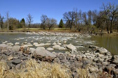 O rio corre através da corredeira Fotos de Stock