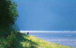 O rio corre na distância Fotos de Stock Royalty Free