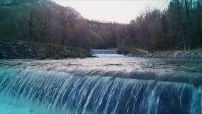 O rio cruza a cascata video estoque