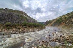 O rio da montanha. Imagens de Stock Royalty Free