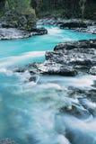 O rio da montanha. imagem de stock