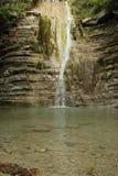 O rio da montanha, cachoeira e a floresta Imagem de Stock Royalty Free