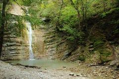 O rio da montanha, cachoeira e a floresta Fotos de Stock Royalty Free