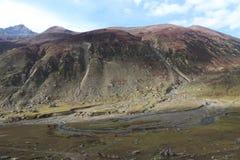 O rio da montanha flui entre as rochas nas montanhas imagem de stock