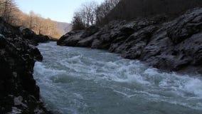 O rio da montanha que corre entre as rochas vídeos de arquivo