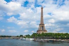 O rio da torre Eiffel e de Seine em Paris, France Imagens de Stock