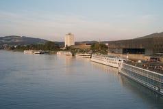 O rio Danúbio com os navios de cruzeiros em Linz, Áustria fotos de stock royalty free