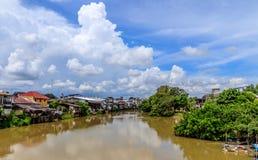 O rio de Chanthaburi em um dia ensolarado, Tailândia Imagens de Stock