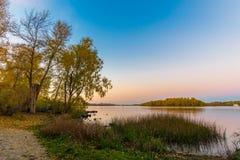 O rio de Dnieper no crepúsculo no outono foto de stock